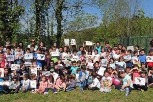 El equipamiento británico coordinador del programa de Educación ambiental sobre el águila pescadora premia a Urretxindorra eskola de Muxika